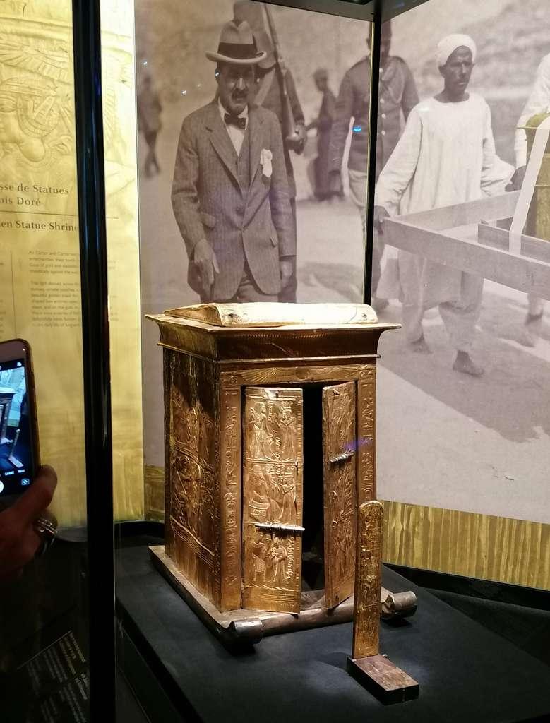 Un naos en bois doré et le socle, ici sorti de la chapelle, sur lequel on peut distinguer les empreintes de pieds du pharaon. © Futura