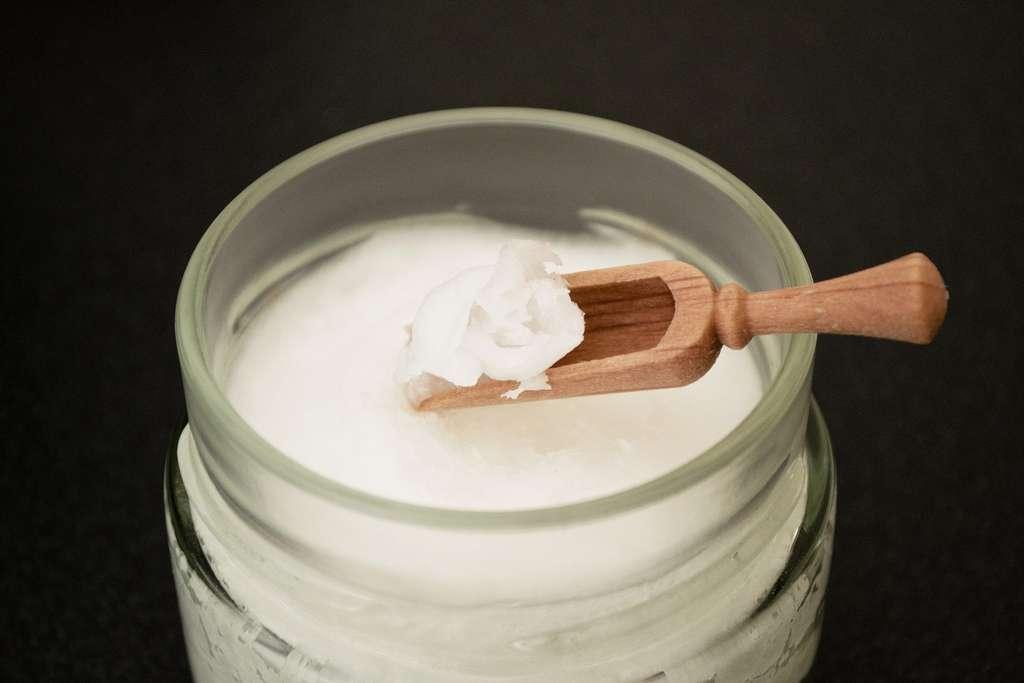 L'huile de coco est un ingrédient naturel aux multiples bienfaits. © DanaTentis by Pixabay