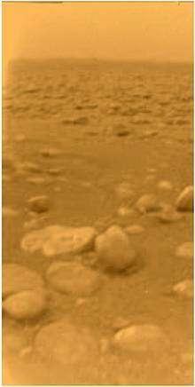 Vue du site d'atterrissage de Huygens. La sonde a atterri au milieu de galets de glace. Elle en a écrasé un au moment de son atterrissage, qui a fondu sous la chaleur résiduelle de la sonde. © Esa / Nasa/ JPL/ University of Arizona