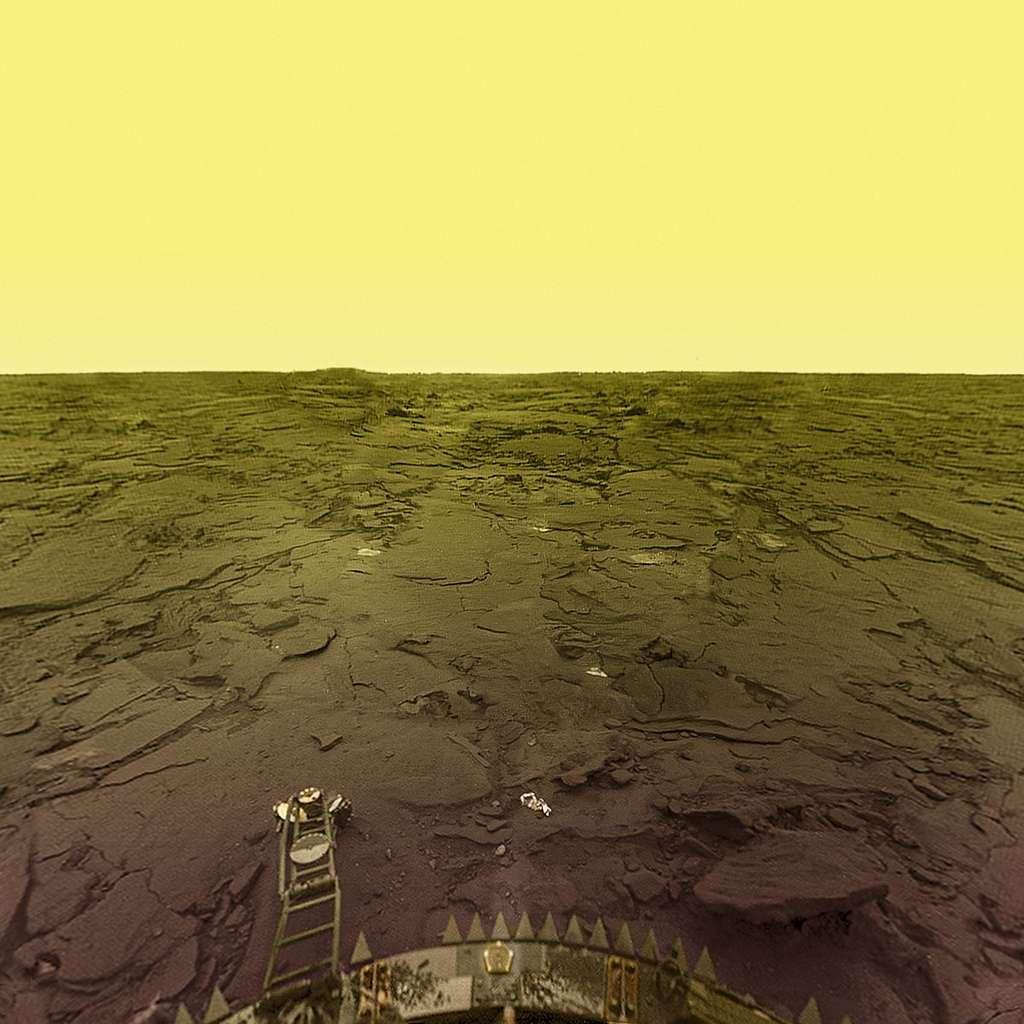 Traitée avec des moyens modernes cette image provient initialement de celles prises sur la surface de Vénus par une sonde russe Venera. Le sol est clairement volcanique. © Don Mitchell
