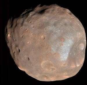 La faible densité et la porosité des matériaux que l'on suppose être à la base de la constitution de Phobos laissent à penser qu'il existe de vastes cavités à l'intérieur desquelles les astronautes pourraient s'abriter de l'environnement spatial. © Nasa / JPL-Caltech/ University of Arizona