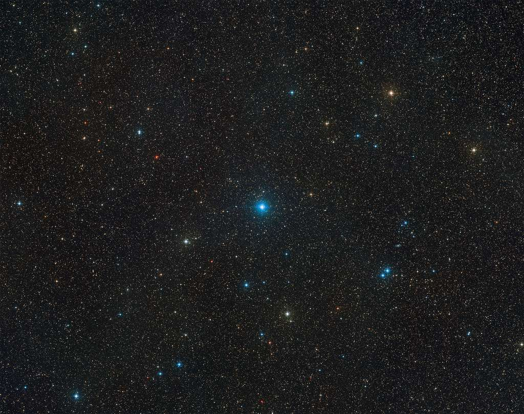 Sur cette vue à grand champ figure la région du ciel, dans la constellation du Télescope, qu'occupe HR 6819, un système triple composé de deux étoiles et du trou noir le plus proche de la Terre détecté à ce jour. Cette vue résulte d'une combinaison d'images issues du Digitized Sky Survey 2. Le trou noir ne peut être aperçu, à la différence des deux étoiles qui composent HR 6819, visibles depuis l'hémisphère Sud par temps clair et par nuit noire, sans jumelles ni télescope. © ESO, Digitized Sky Survey 2, Davide De Martin