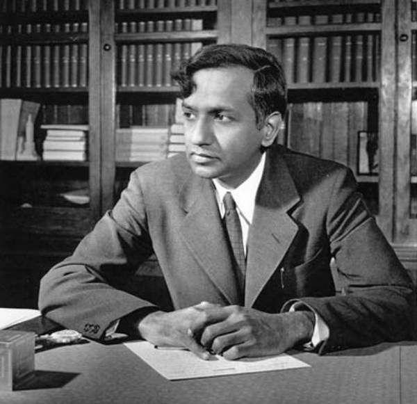 Prix Nobel de physique en 1983, le grand astrophysicien théoricien Subrahmanyan Chandrasekhar possédait un incroyable talent qui lui a permis de faire des contributions de tout premier plan. Ses travaux les plus célèbres portent sur la structure des étoiles, avec la découverte de la fameuse limite de Chandrasekhar, et la théorie des trous noirs. © Université de Chicago