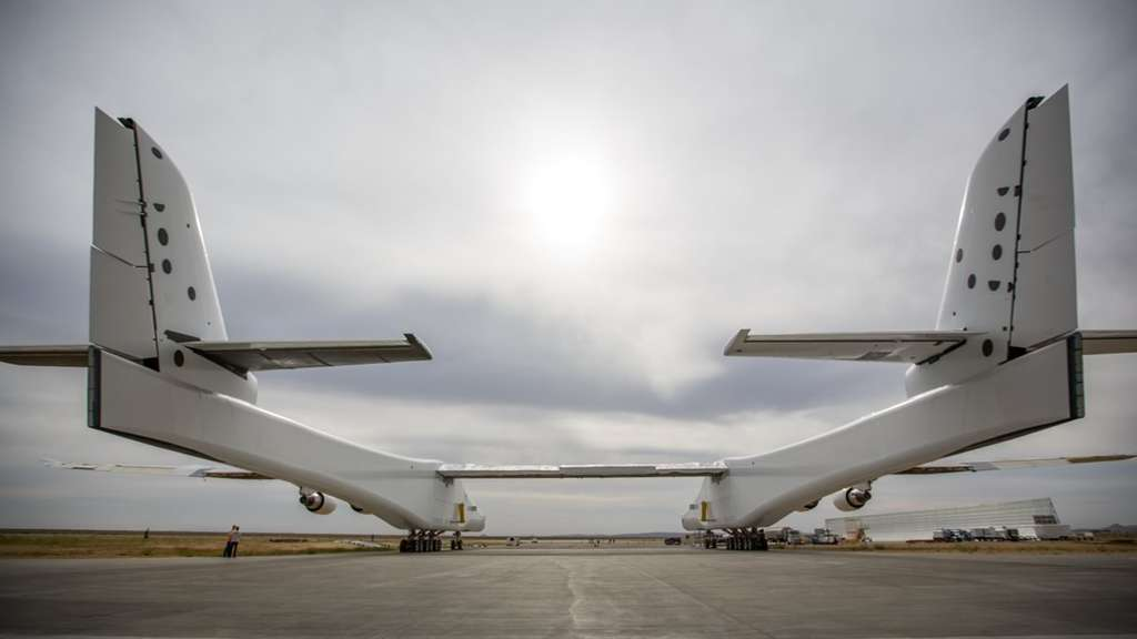 Le Stratolaunch est tout aussi impressionnant vu de dos avec ses fuselages qui mesurent plus de 72 mètres de long chacun. © Stratolaunch Systems