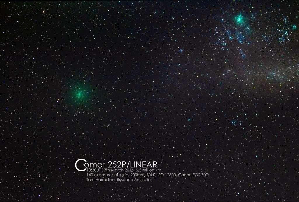 La comète 252P/Linear photographiée dans le ciel de Brisbane en Australie, le 17 mars. Comme on peut le constater, elle est presque aussi lumineuse que la nébuleuse de la Tarentule, visible en haut à droite. © Tom Harradine via Spaceweather.com