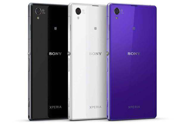 L'XPeria Z1, de Sony, décliné en trois couleurs. Il reprend les deux façades en verre, présenté comme « résistant », de l'XPeria Z et se fait remarquer par son appareil photo et sa connexion automatique à Facebook. © Sony