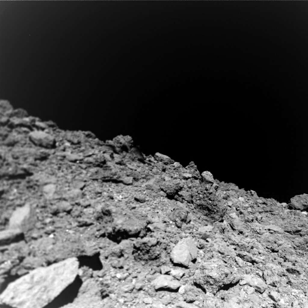 La surface de Ryugu, photographiée lors de la descente de Mascot, peu de temps avant que la sonde ne heurte un rocher. © Jaumann et al Science (2019)
