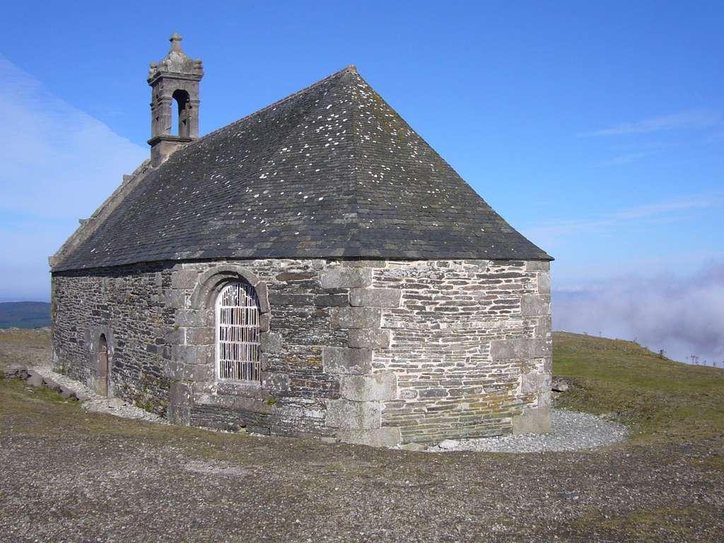 Chapelle Saint-Michel-de-Brasparts sur les monts d'Arrée. © Herby, Wikipédia