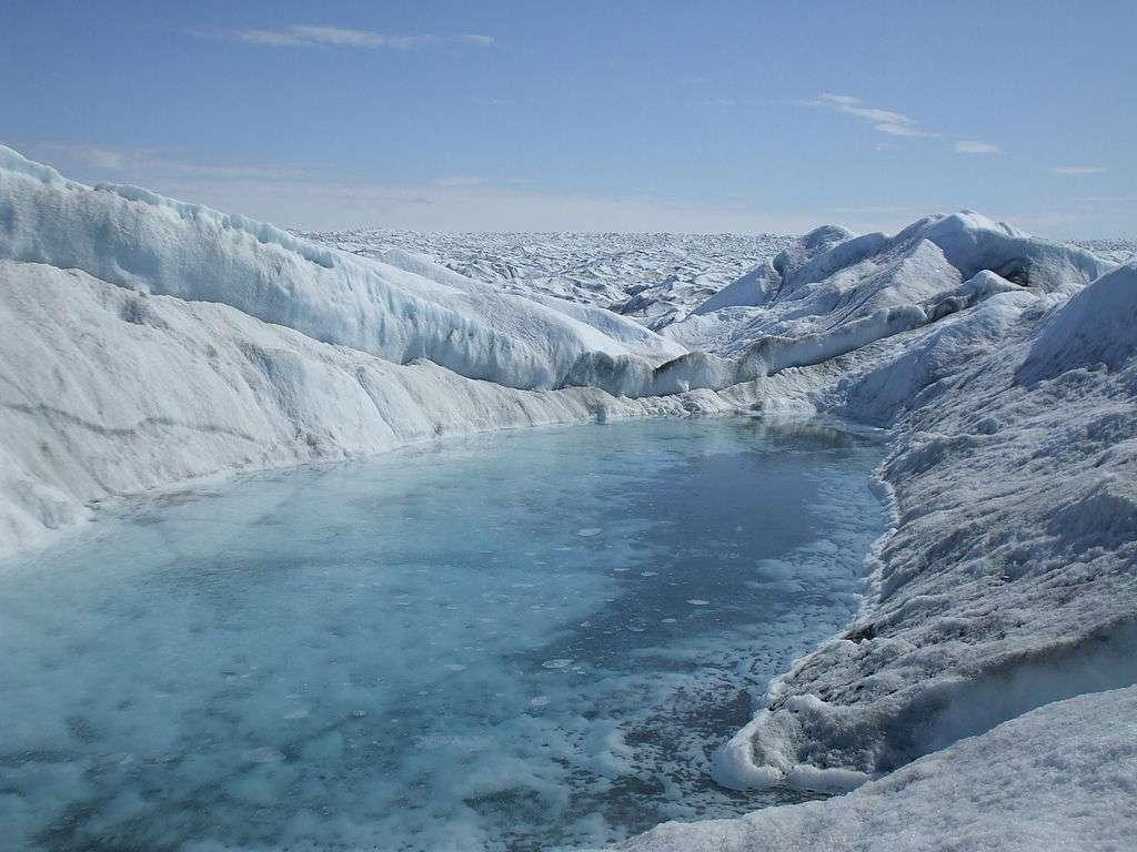 Sur la calotte du Groenland, on observe ce type de lacs, formés à partir de l'eau de fonte. Ces étendues d'eau peuvent s'infiltrer dans la couche de glace, et générer des lacs sous-glaciaires. © Halorache, Wikipédia, cc by sa 3.0