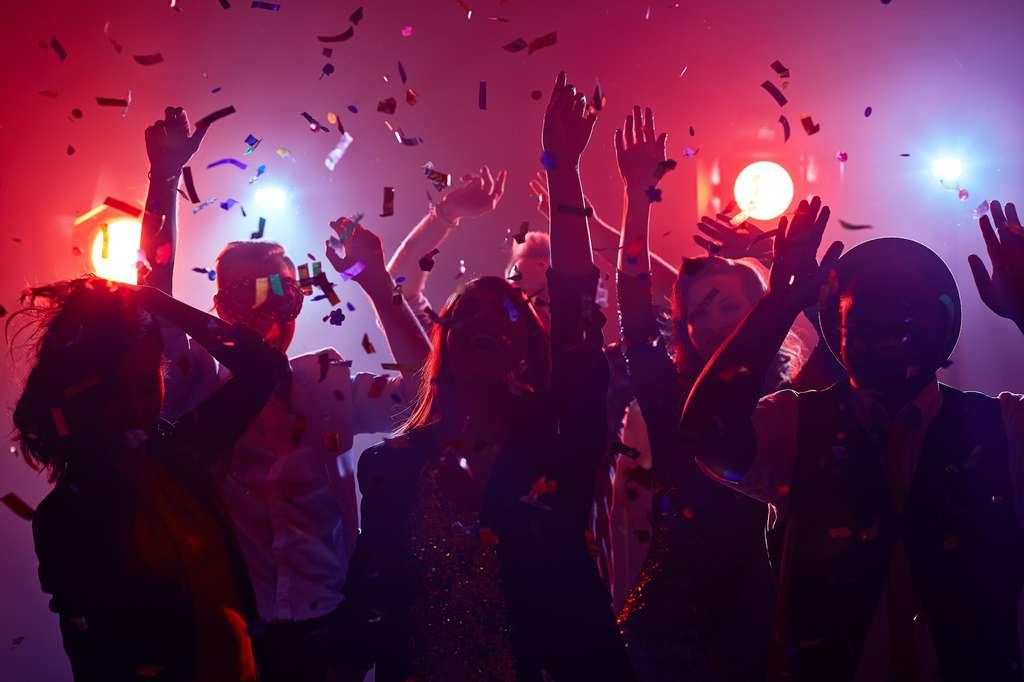Faire la fête, et tout particulièrement danser, a des effets bénéfiques sur la santé. Cela permet de diminuer le stress, d'améliorer le bien-être et la circulation sanguine, de faire des rencontres, d'adopter de bonnes postures ou encore de protéger le cœur et le cerveau. © pressmaster, Adobe Stock