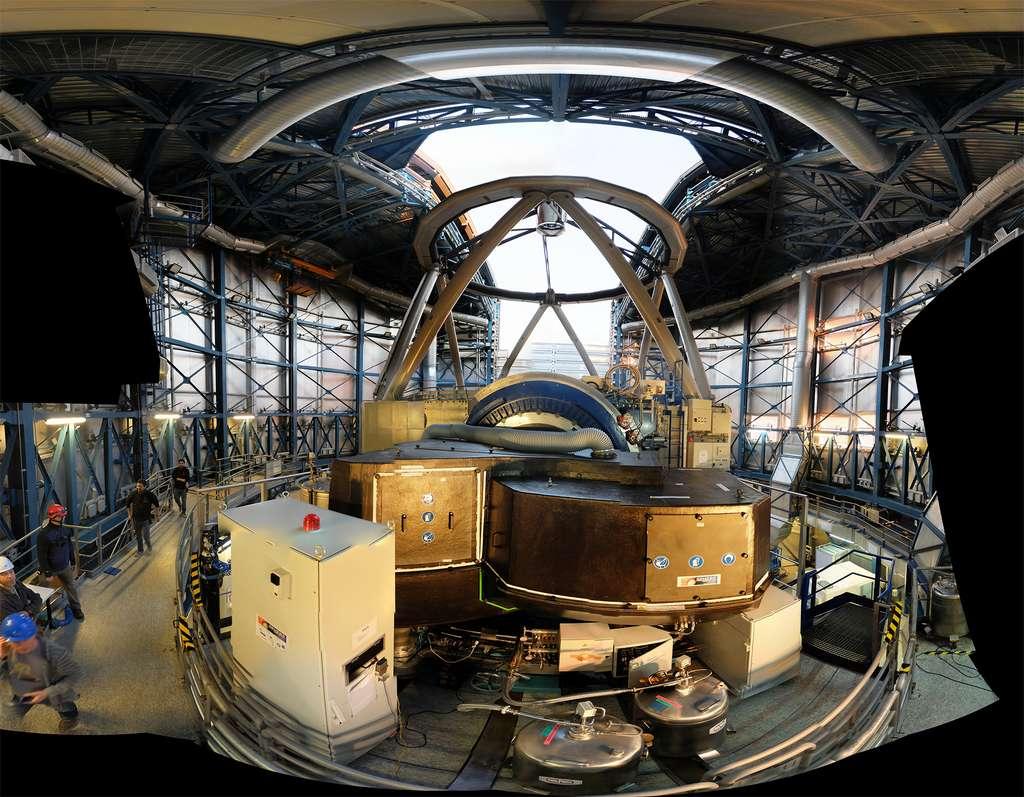 L'instrument Sphere (SpectroPolarimetric High contrast ExoplanetResearch), dédié à la détection directe des planètes autour d'autres étoiles, a été installé début 2014 au Very Large Telescope (VLT) de l'European Southern Observatory (ESO) au Chili au foyer d'un des quatre télescopes de 8,20 mètres. L'instrument Sphere inclut bien sûr une optique adaptative extrême mais également des optiques très spéciales pour la coronographie stellaire qui atténue la lumière de l'étoile centrale. © Sphere, Onera, J.-F Sauvage