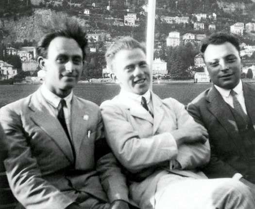De gauche à droite, Fermi, Heisenberg et Pauli. Dès 1936, bien que pour de mauvaises raisons, Heisenberg avait compris que l'on devrait pouvoir observer les effets des neutrinos de Fermi et Pauli dans les rayons cosmiques. © F. D. Rasetti, AIP Emilio Segrè Visual Archives