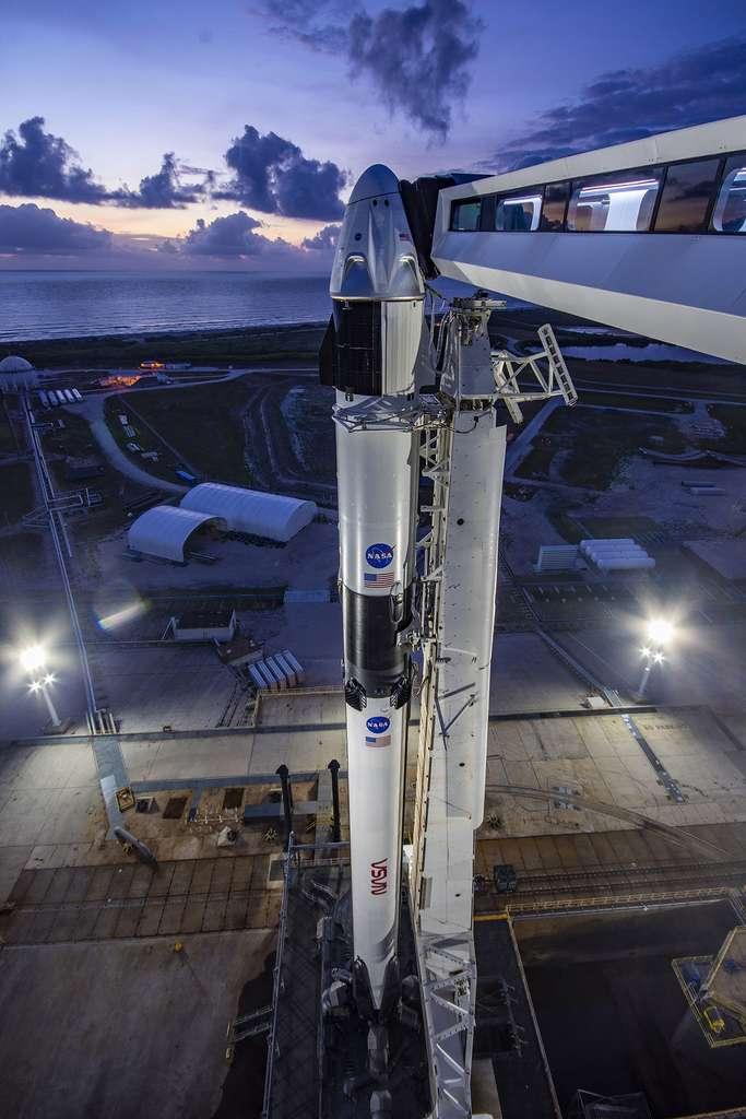 Le système de transport spatial de SpaceX, composé du lanceur Falcon 9 et du véhicule habité Crew Dragon, sur son pas de tir du Centre spatial Kennedy de la Nasa. © SpaceX