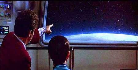 Le capitaine Kirk cherchant un vaisseau Klingon sous bouclier occulteur (Crédit : Paramount).
