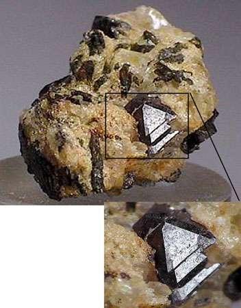 Pyrochlore englobé dans un cristal.