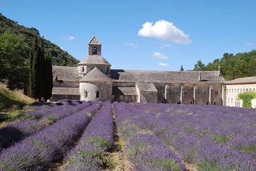 L'abbaye cistercienne de Sénanque, une idée de visite si vous faites du tourisme dans le Vaucluse. © EmDee, CC by sa 3.0, by sa 2.5, by sa 2.0 et by sa 1.0