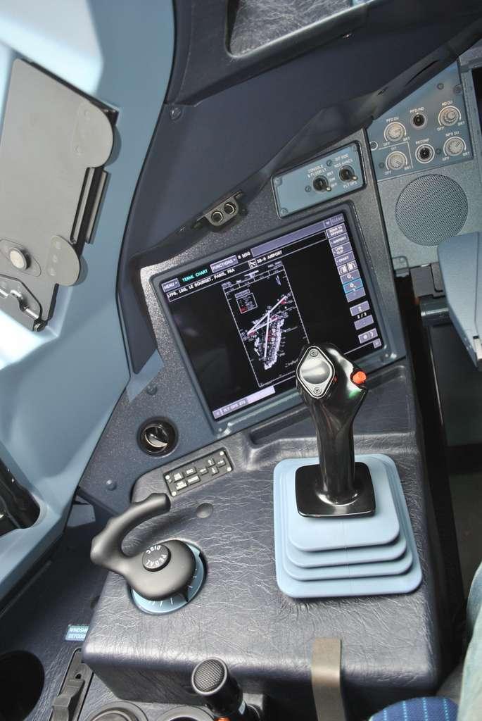 Le joystick remplace le volant du pilote. © Sylvain Biget, tous droits réservés