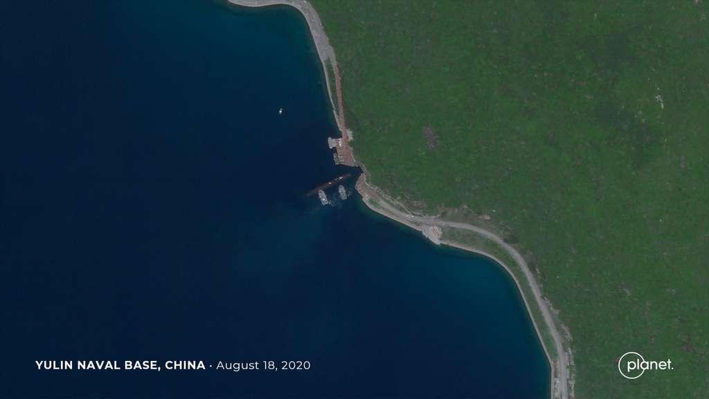 Un satellite de la constellation Planet a pris en photo un sous-marin nucléaire chinois en train de pénétrer dans le système de grottes sous-marines d'une base secrète Yulin de la Marine chinoise. Cette base est située sur l'île de Hainan (août 2020). © 2020 Planet Labs, Inc.