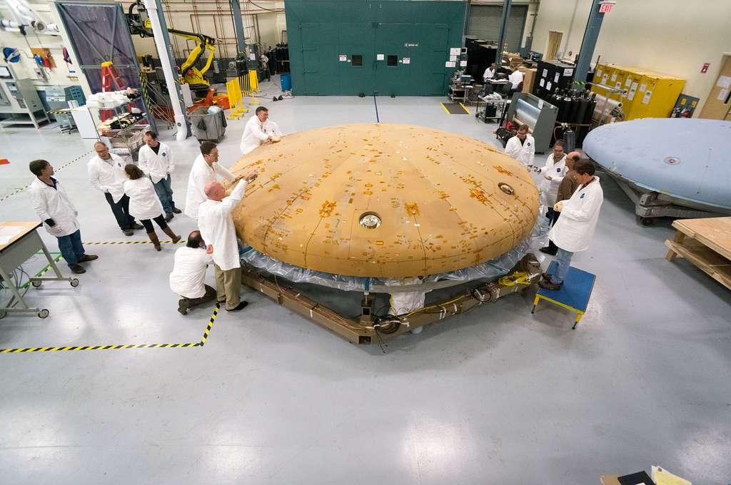 D'un diamètre de cinq mètres, Orion est construit en Avcoat ablator, un matériau ablatif. C'est-à-dire que la capsule perdra de la matière à mesure qu'elle brûlera lors de la descente. Ce matériau a été préféré au bouclier radiatif (qui, lui, conserve son épaisseur) car il est possible de le surdimensionner plus facilement pour tenir compte d'une certaine marge d'erreur. © Nasa