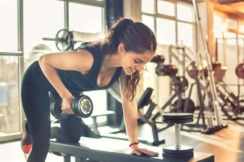 Pour prendre de la masse musculaire, il faut privilégier les exercices à haute intensité sur de courtes durées. © Bojan, Adobe Stock
