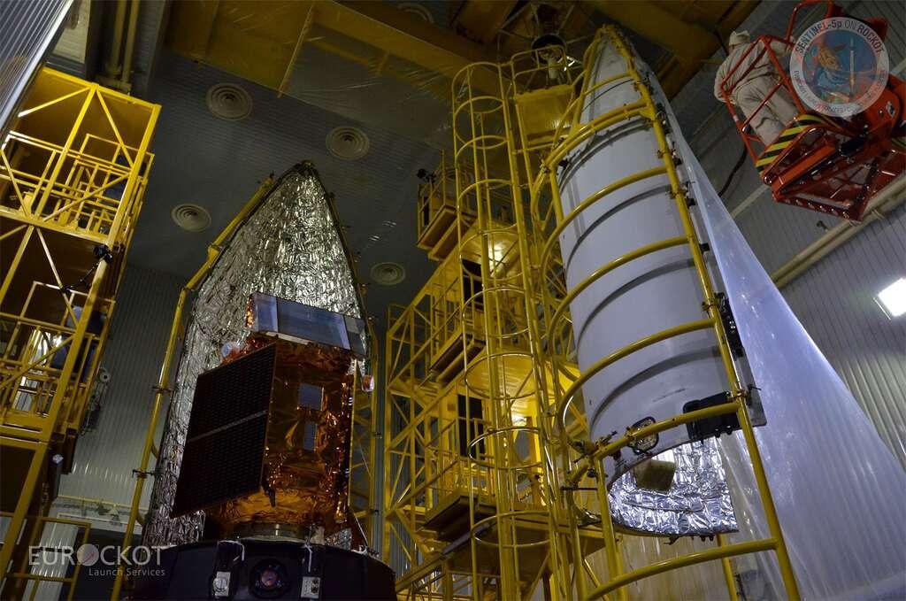Le satellite Sentinel 5P mis sous la coiffe du lanceur Rockot, un missile reconverti pour le lancement de satellites. © Eurockot