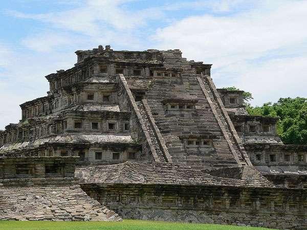La pyramide des Niches est devenue l'emblème du site d'El Tajín, en raison de sa conception peu ordinaire et de son très bon état de conservation. © Franck C. Müller, cc by sa 2.0