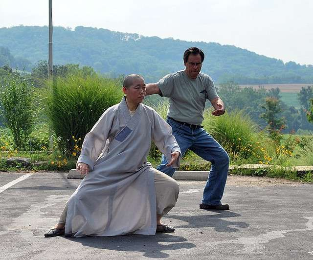 Les mouvements lents du tai-chi sont adaptés à toutes les conditions physiques. © Ken Seghers, Wikimedia, CC by-nc-nd 2.0