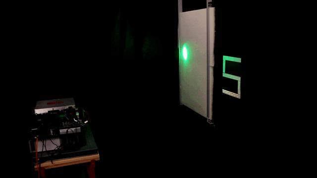 Le balayage laser en image. Les photons traversent la mousse, rebondissent sur la lettre et reviennent jusqu'au détecteur pour lui fournir les informations nécessaires à la reconstruction de l'objet caché par l'algorithme. © Stanford Computational Imaging Lab