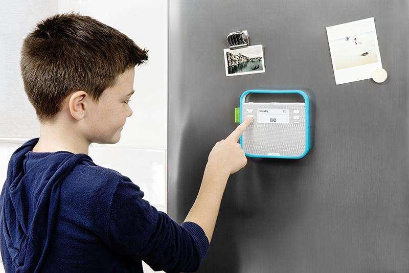 Le boîtier connecté Triby permet notamment de téléphoner et de lire de la musique. © Invoxia