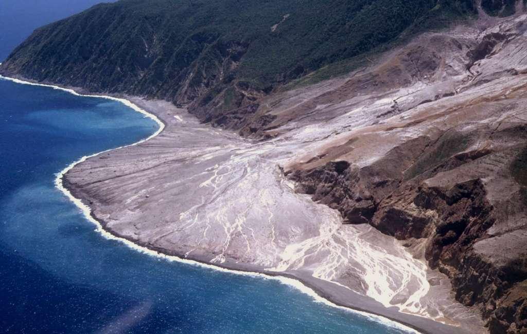 Le volcan Soufriere Hills, dans l'île de Montserrat, aux Antilles, est en éruption depuis 1995. Les dépôts de nuées ardentes, canalisés par le lit de Tar River, ont formé de véritables deltas sur la mer des Caraïbes. © J.-M. Bardintzeff, tous droits réservés, reproduction interdite