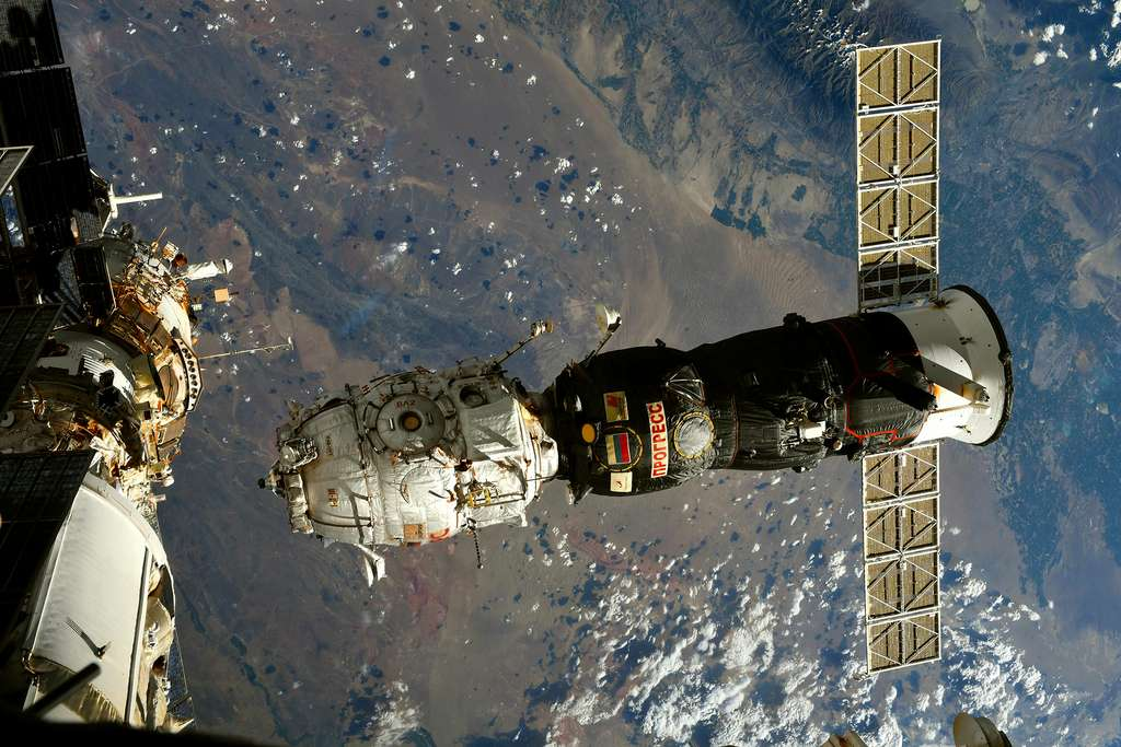 Désarrimage de l'ISS du module Pirs (en blanc), accroché à un cargo Progress pour laisser la place au module Nauka, sur lequel est installé le bras ERA de l'Agence spatiale européenne. © ESA, T. Pesquet