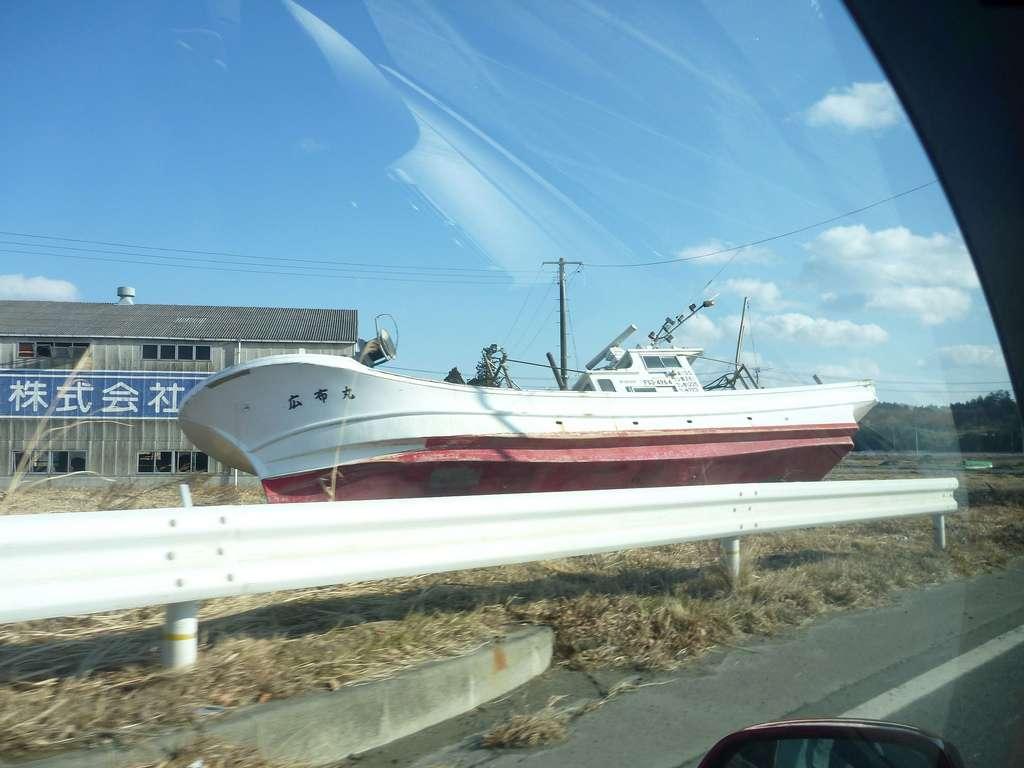 Le tsunami du 11 mars 2011 a tué près de 400 personnes à Minamisoma. Environ 1.100 autres citoyens étaient toujours portés disparus le 9 avril 2011. Ce bateau posé au bord de la route témoigne de l'importance de la vague. © Jetalone, Flickr, CC by 2.0
