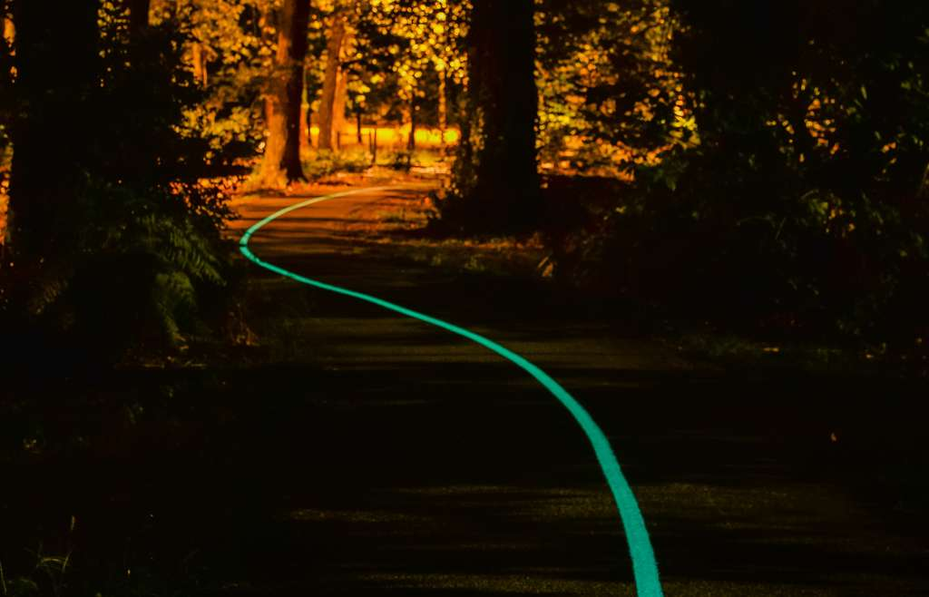 La peinture phosphorescente inventée par la startup Olikrom contient des pigments qui éclairent la route jusqu'à 100 mètres. © Olikrom