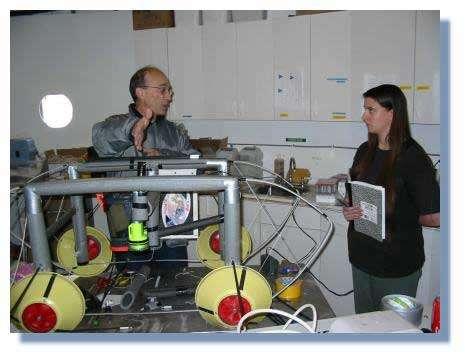 Dans le module martien MDRS (Utah), l'ingénieur Français Alain Souchier présente son Véhicule de Reconnaissance des Parois (VRP) à sa coéquipière Stacey Cusack de la Nasa © C. Frankel