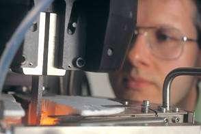Caractérisation thermomécanique de matériaux composites. Machine d'essais de fatigue à 1.400 °C sous air. Laboratoire : UMR5801 - Laboratoire des composites thermostructuraux (LCTS) - Pessac. © MEDARD Laurence - CNRS Photothèque