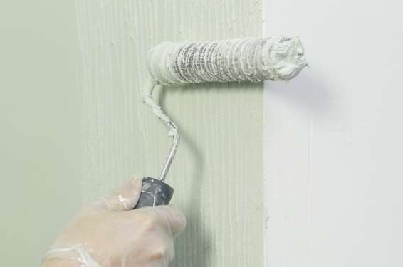 L'enduit « Magic' pièces humides » s'applique facilement sur les murs avec un rouleau bien chargé. Il est ensuite lissé à l'aide de la lame inox. © Toupret