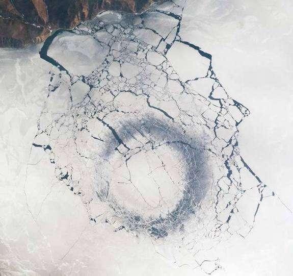 Depuis l'ISS, des astronautes ont observé cet anneau de 4,3 km de diamètre, en avril 2009. © Nasa