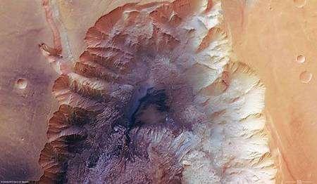 Vue en fausses couleurs prise à la verticale de Hebes Chasma. Crédits : ESA/DLR/FU Berlin (G. Neukum)