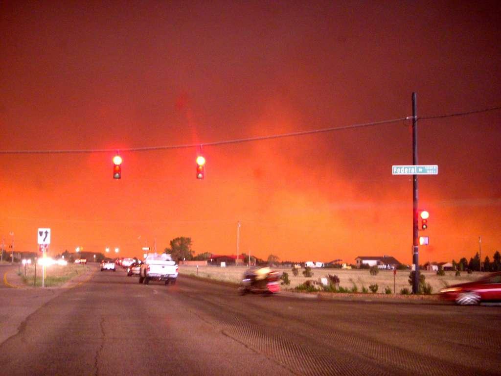 Cette photographie a été prise à Colorado Spring ce 26 juin 2012. L'ambiance est plutôt apocalyptique. Le panache de fumée de cet incendie monterait à plus de 6.100 m d'altitude. © daisyelaine, Flickr, CC by 2.0