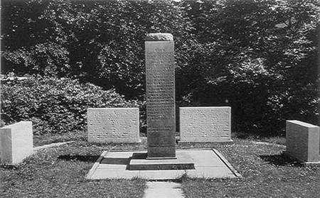 Une stèle fut érigée en 1935 à la mémoire de 350 physiciens et radiologues victimes des rayons X et de la radioactivité