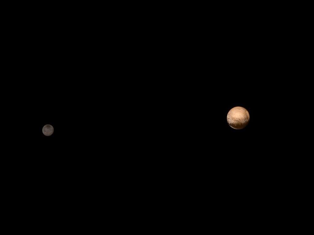 À droite, Pluton et à gauche, Charon. Cette image traitée par déconvolution a été prise avec la caméra de Lorri, le 8 juillet 2015, à environ 6 millions de km de distance. « Ces deux objets sont ensemble depuis des milliards d'années, mais ils sont totalement différents » a déclaré à leur sujet, le chef scientifique de la mission Alan Stern du SwRI. © Nasa, JHUAPL, SwRI