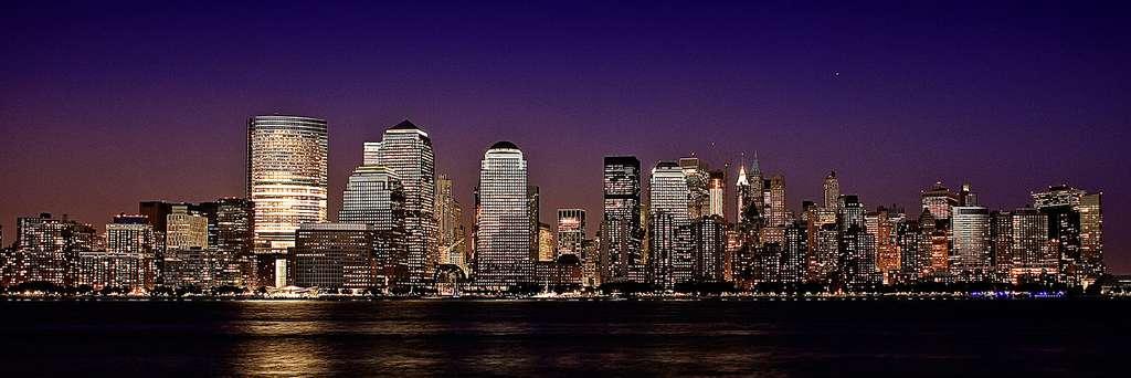 Cœur économique et financier de New York, Manhattan est la partie la plus riche de la ville. Manhattan la nuit. © Francisco Diez, Flickr, CC by 2.0