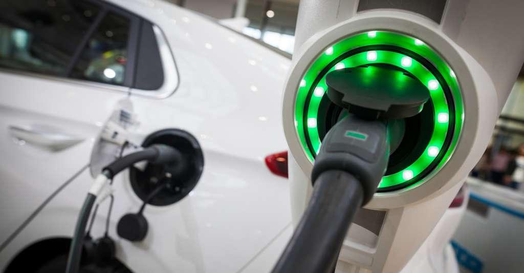 Certaines pièces des batteries de demain — celles qui seront installées dans les voitures électriques ou utilisées pour stocker une électricité renouvelable — devraient profiter de l'émergence des matériaux composites thermoplastiques. De quoi alléger les batteries et faciliter leur production. © bizoo_n, Fotolia