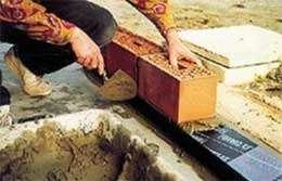 Bloc de verre cellulaire servant à créer une barrière étanche entre le sol et les parois maçonnées. © Foamglas