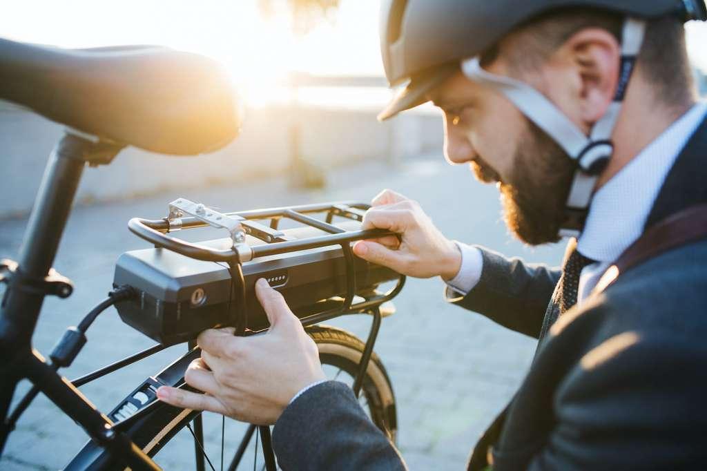 Pour augmenter l'autonomie de votre vélo électrique, vous pouvez investir dans une deuxième batterie. © Halfpoint, Adobe Stock