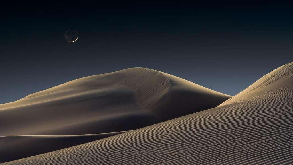 Pour réaliser ce cliché, le photographe a dû s'enfoncer dans le désert, jusqu'à trouver l'arrangement dunaire parfait. © Jeffrey Lovelace, Astronomy Photagrapher of the Year 2021