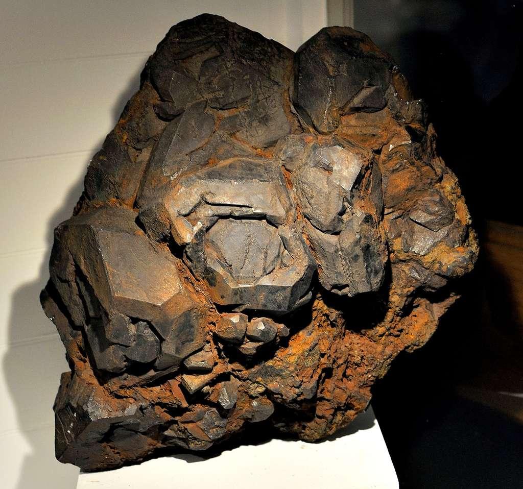 Un bloc d'ilménite au Harvard Museum. Rio Tinto Fer et Titane exploite cette roche au Canada. © DerHexer, Wikimedia Commons, cc by sa 3.0