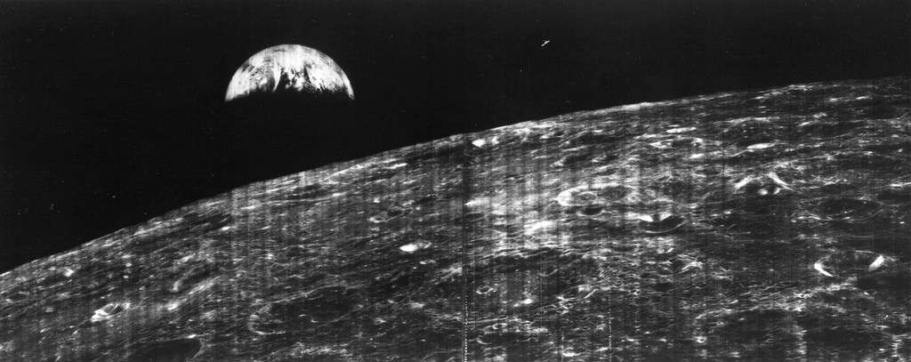 23 août 1966 : pour la première fois, le croissant de Terre est vu de l'orbite lunaire par la caméra d'une sonde Lunar Orbiter. © Nasa