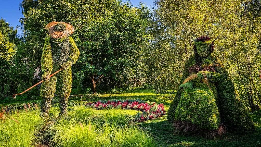 Sculpture végétale champêtre d'un paysan et sa femme