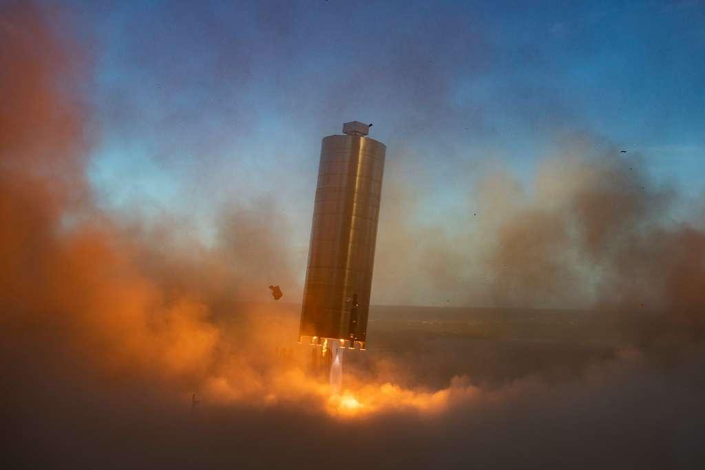 Le prototype SN5 lors de son atterrissage après un très court essai en l'air (août 2020). © SpaceX